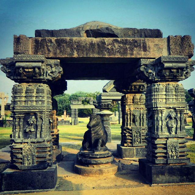 Warangal_fort_pillars_01_wikimedia_commons